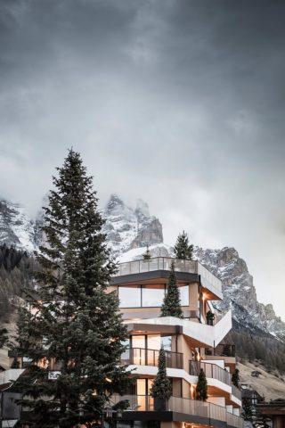 Tofana в Италии на фоне горного ландшафта