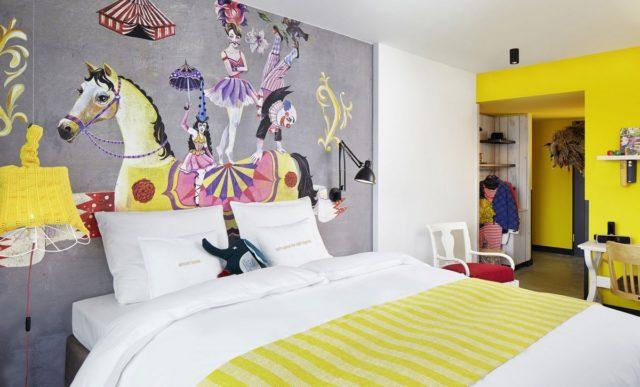 217 номеров отеля 25Hours Hotel Vienna в цирковом стиле