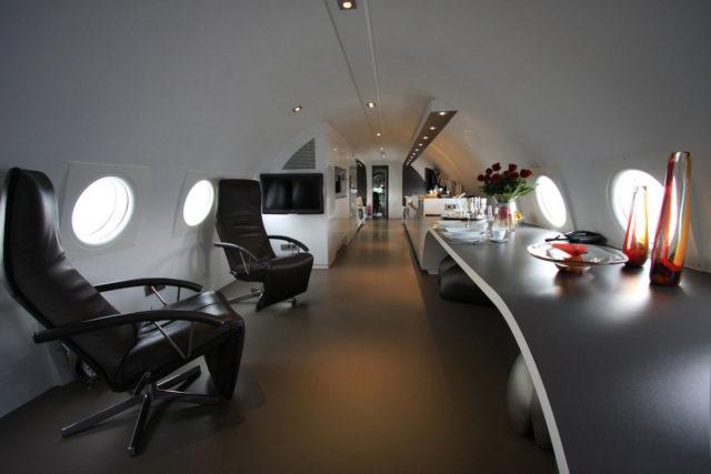 Отдых в номере отеля в самолете ИЛ-18