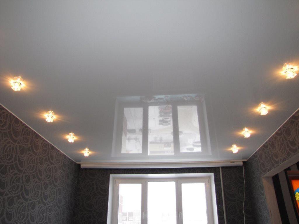 христианском раю, потолок с точечными светильниками фото появляется свет
