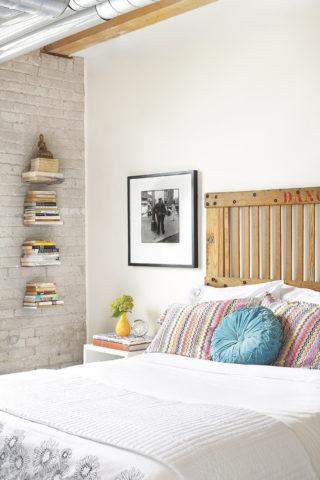 Кирпичная стена в интерьере спальни – оригинальный и эффектный способ преображения