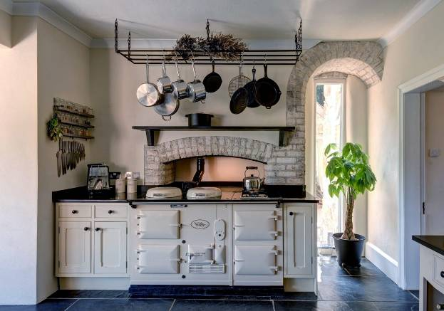 Дизайн кухни в стиле кантри - сельская романтика и уют в городской квартире