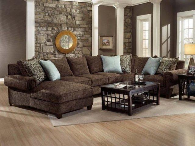 Коричневый диван как элемент интерьера