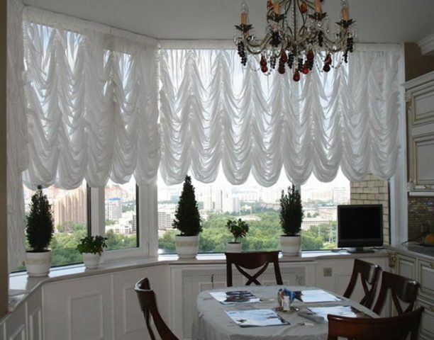Классические французские шторы на кухню: роскошная деталь интерьера